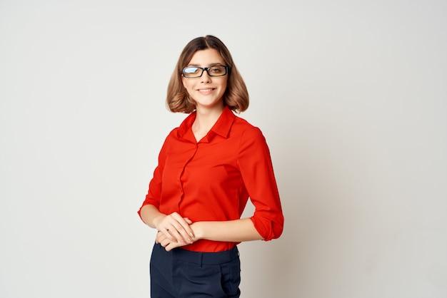 Hübsche geschäftsfrau mit brille posiert jobmanager