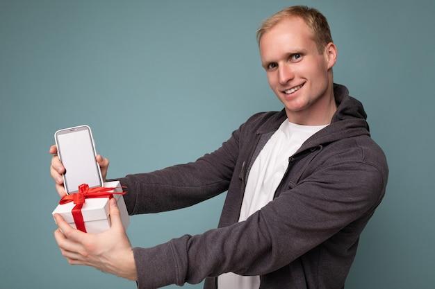 Hübsche glückliche junge blonde männliche person isoliert
