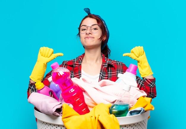 Hübsche haushälterin, die wäsche wäscht