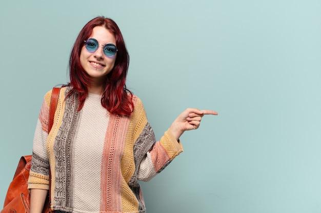 Hübsche hippie-studentin, die beiseite zeigt