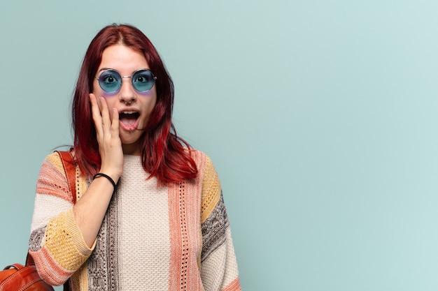 Hübsche hippie-studentin mit schockiertem gesichtsausdruck
