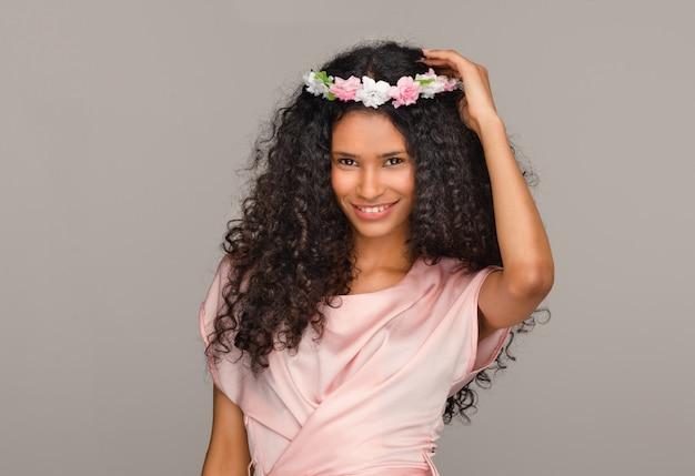 Hübsche junge afroamerikanische brautjungfer in rosa