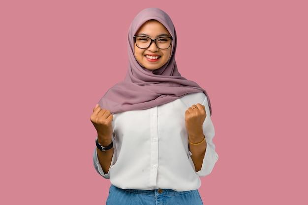 Hübsche junge asiatische frau fröhlich, die brille trägt