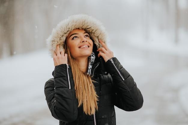 Hübsche junge frau an einem wintertag
