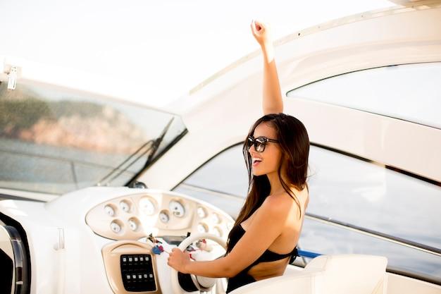 Hübsche junge frau auf der yacht