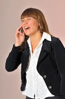 Hübsche junge frau, die am telefon spricht