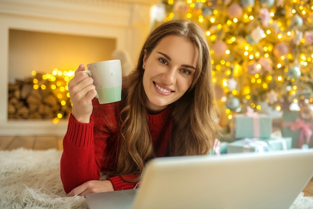 Hübsche junge frau, die ein online-date hat und sich zufrieden fühlt