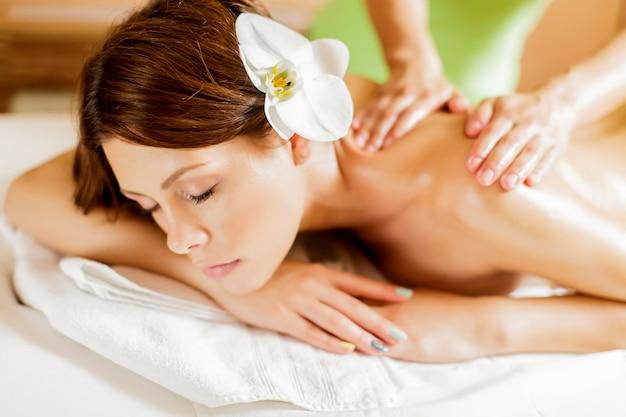 Hübsche junge frau, die eine massage hat