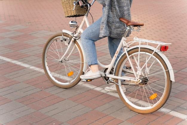 Hübsche junge frau, die fahrrad fährt