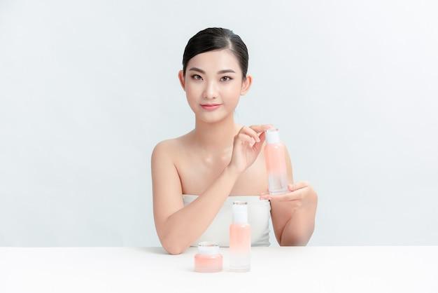 Hübsche junge frau, die kosmetik im blog annonciert