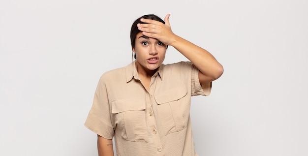 Hübsche junge frau, die wegen einer vergessenen frist in panik gerät, sich gestresst fühlt, ein durcheinander oder einen fehler vertuschen muss