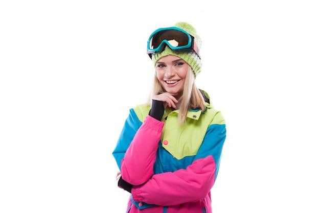 Hübsche junge frau im ski-outfit