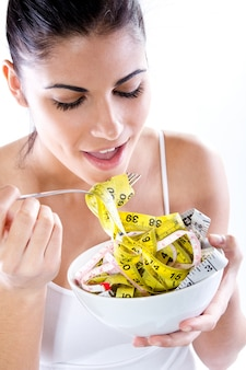 Hübsche junge frau macht schlankheits-diät. konzeptionelle bild über ernährung