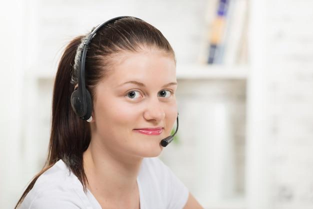 Hübsche junge frau mit einem kopfhörer