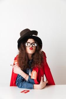 Hübsche junge frau mit verkaufstext auf brillengläsern