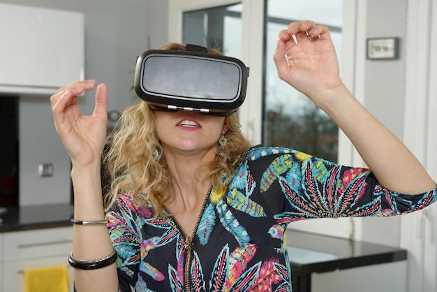 Hübsche junge frau mit virtual-reality-gerät