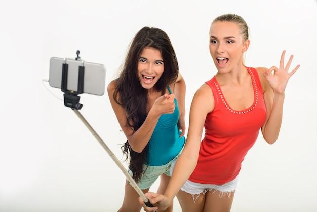 Hübsche junge mädchen, die selfie machen.
