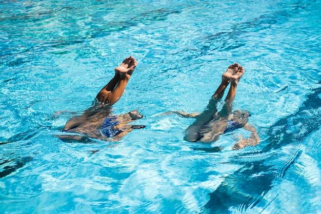 Hübsche junge mädchen, die zeit am schwimmbad genießen