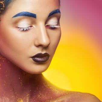 Hübsche kaukasische frau mit mehrfarbigem make-up und geschlossenen augen