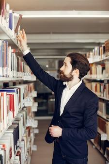 Hübsche kerlstudie an der bibliothek