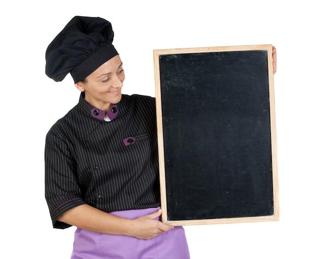 Hübsche kochfrau mit der tafel lokalisiert auf weißem hintergrund