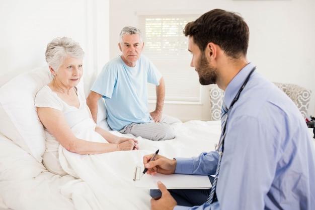 Hübsche krankenschwester, die zu hause eine reife frau besucht
