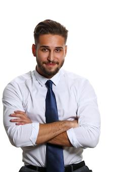 Hübsche lächelnde erwachsene bärtige brünette kaukasische person