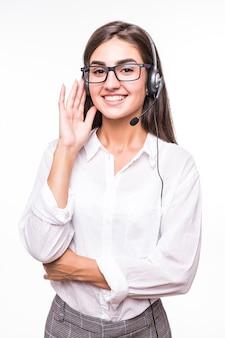 Hübsche lächelnde frau in der transparenten brille