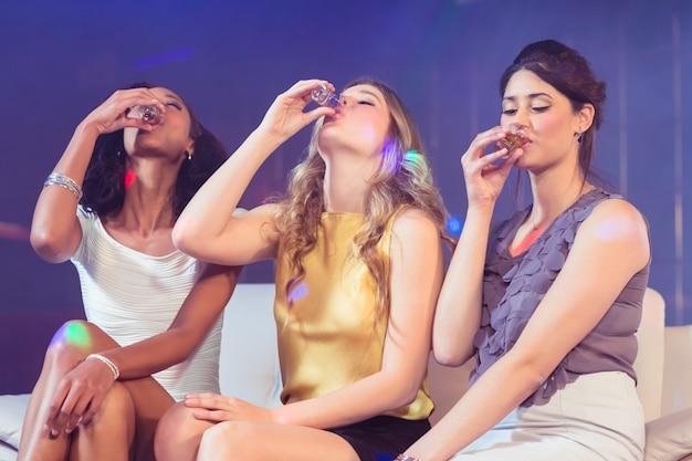 Hübsche mädchen, die alkohol trinken