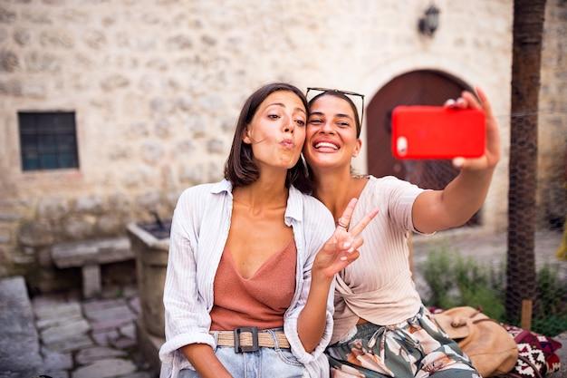 Hübsche mädchen haben spaß und machen selfie