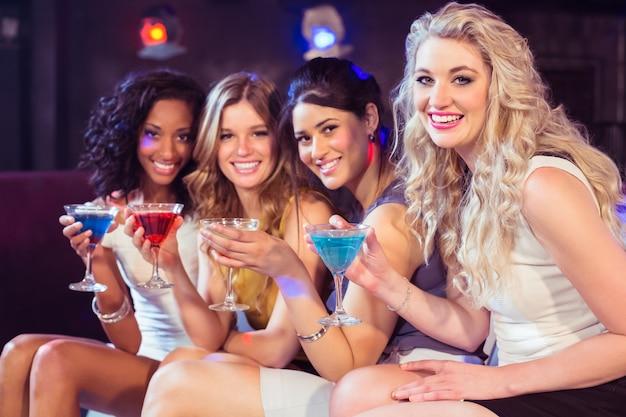 Hübsche mädchen mit cocktails