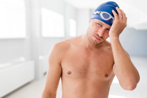 Hübsche männliche schwimmeraufstellung künstlerisch