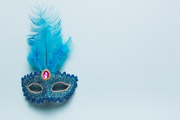 Hübsche maske auf blau