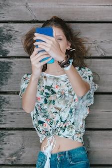 Hübsche mischrassefrau, die ein selfie nimmt