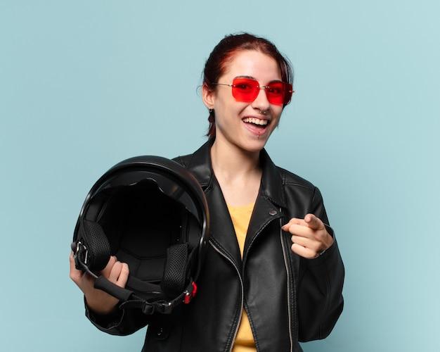 Hübsche motorradfahrerin mit schutzhelm