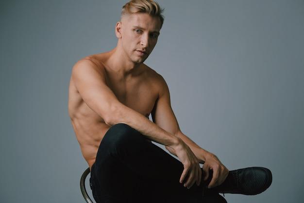 Hübsche muskulöse aufstellung des jungen mannes