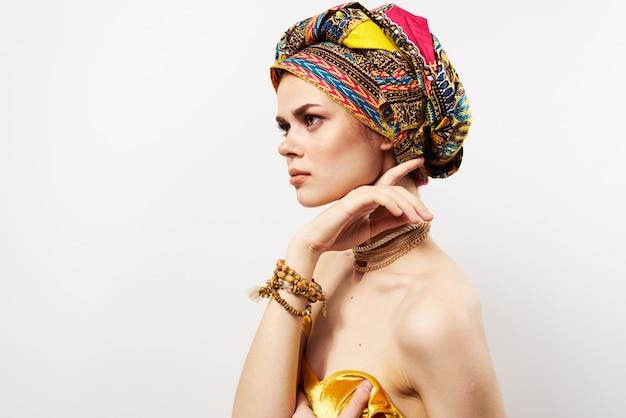 Hübsche orientalische frau mehrfarbigen turbanschmuck nackten schultern luxus.