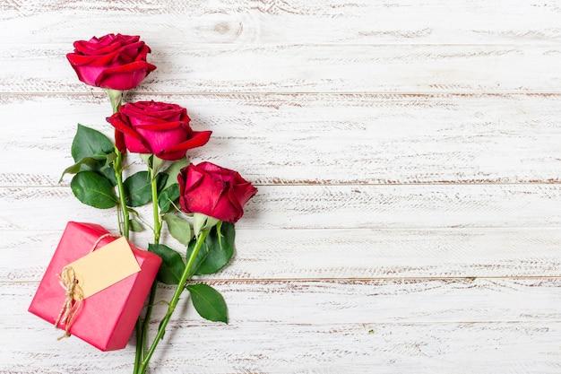 Hübsche rote rosen der draufsicht auf einer tabelle