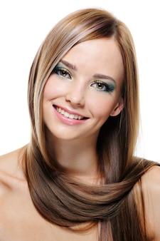 Hübsche schöne junge frau mit charmantem lächeln - nahaufnahmeporträt