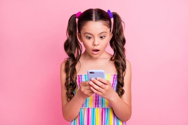 Hübsche schöne kleine dame halten telefon schockiert gesicht