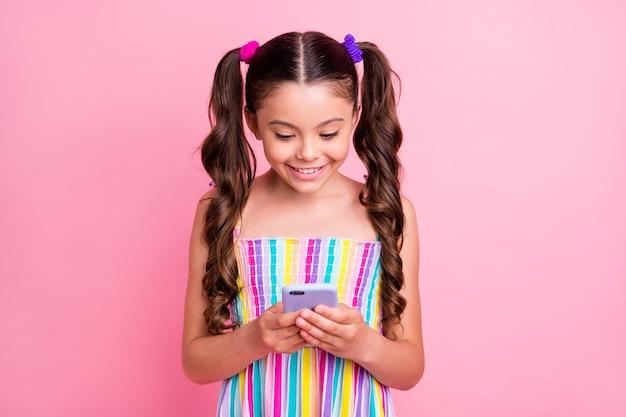 Hübsche schöne kleine dame zwei süße lockige schwänze halten telefon