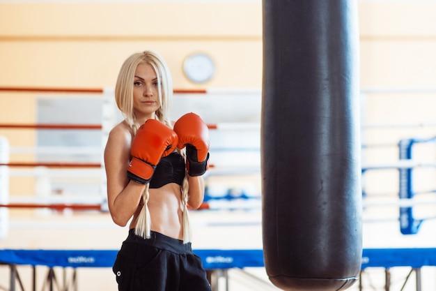 Hübsche sportfrau mit boxhandschuhen