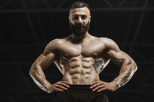 Hübsche starke athletische männer, die muskeln trainieren, trainieren bodybuilding-konzept