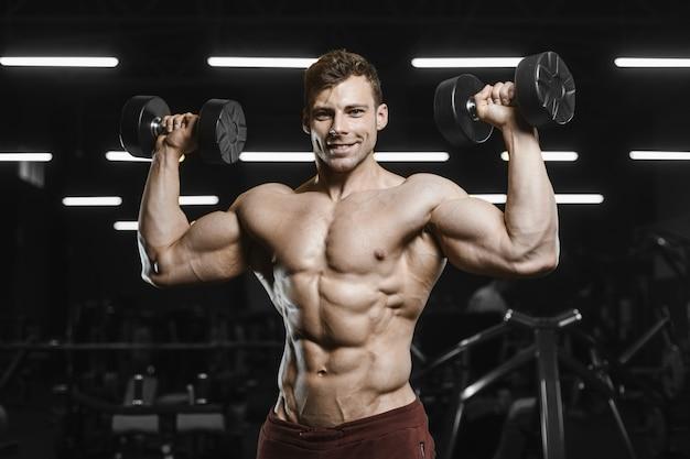 Hübsche starke athletische männer, die muskeln trainieren, trainieren bodybuilding