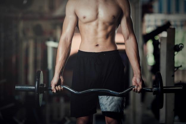 Hübsche trainingsausrüstung an der sportgymnastik