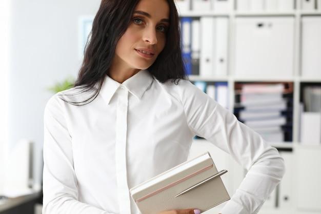 Hübsche weibliche assistentin