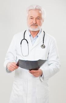 Hübscher älterer doktor mit röntgenbild