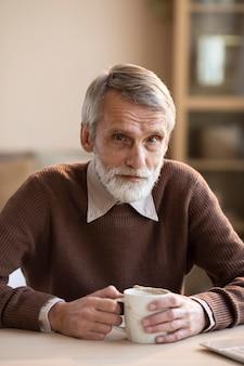 Hübscher älterer mann, der aufwirft
