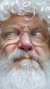 Hübscher älterer mann, skeptisch und nervös, wegen des problems stirnrunzelnd verärgert.