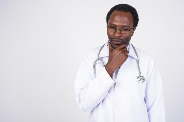 Hübscher afrikanischer mann arzt